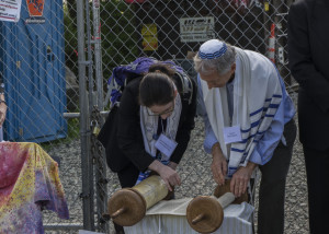 Rabbi Shoshana and Cantor Roy Einhorn open the Torah to a passage from Deuteronomy 11 (photo credit: Robert A. Jonas)